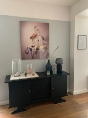 Louise te Poele, Flamingo with an Ostrich egg, in interieur, 100 x 80 cm